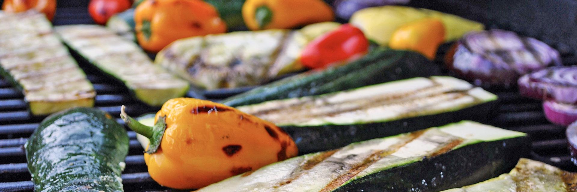 Reichlich Gemüse auf einem Grillrost