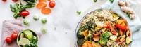 Eine große Schüssel mit Couscous-Gemüse